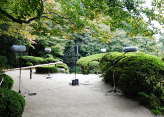 Fieldwork in the garden of Shisen-do, Kyoto: at every recording position, the combination of a surround microphone with multiple spot microphones is adapted to the specific listening constellation, following a methodical framework of three spatial miking prototypes. Photo: Nadine Schütz.