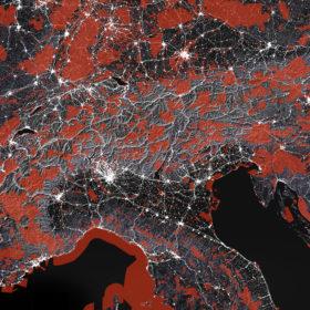 Alpenbogen 2015: Urbanisierung (weiss) und Schutzzonen (rot).