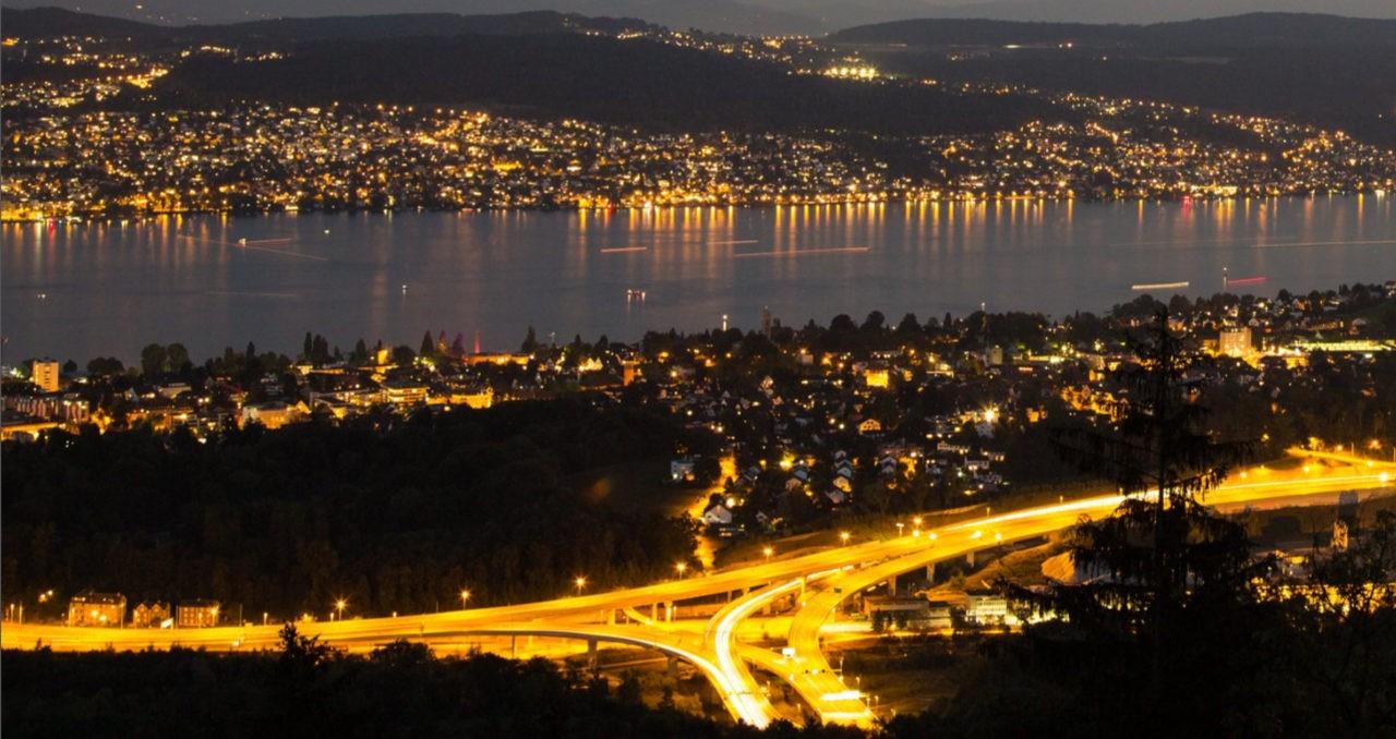 Autobahnausfahrt Uetlibergtunnel mit Sicht auf den Zürichsee und die beiden Seeufer. Copyright- Felix Oertle, Zürich