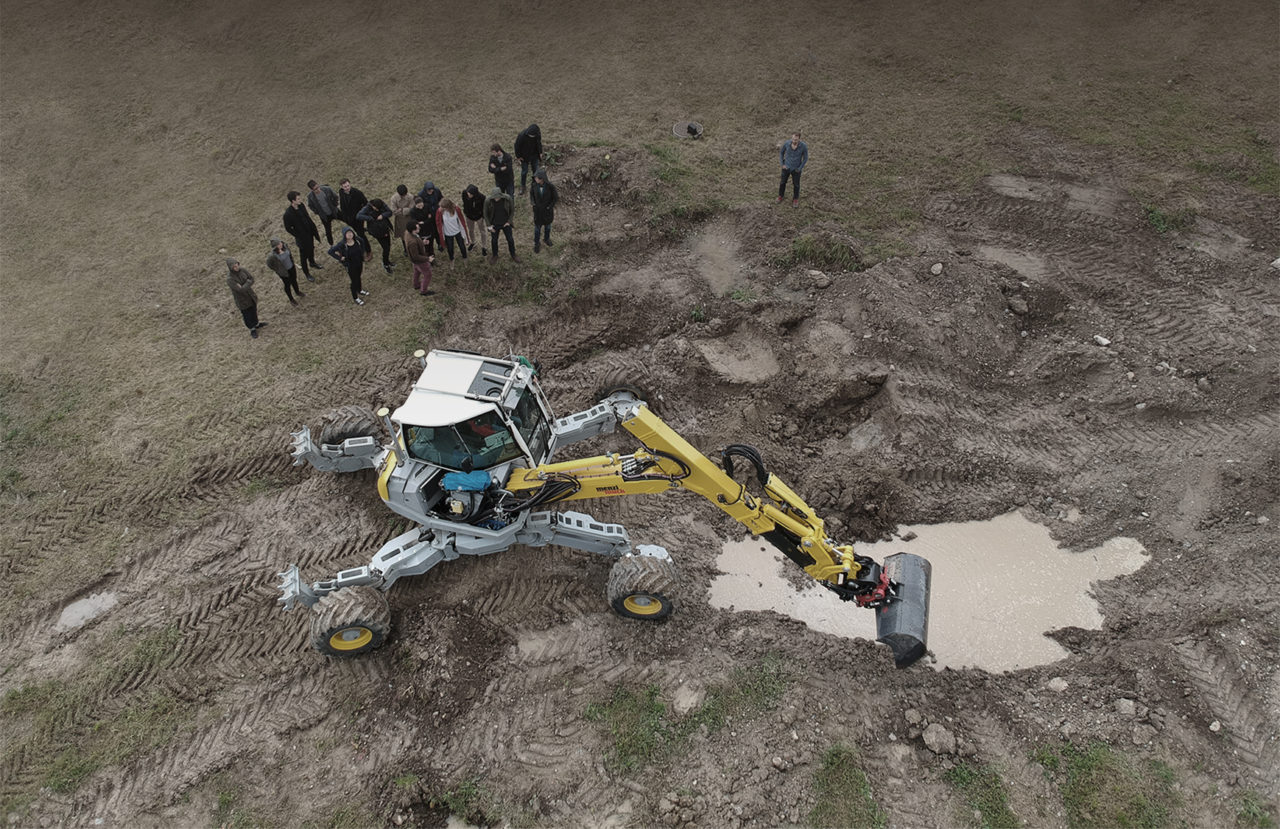 The students of the «Robotic Landscapes» design studio experiment with the Autonomous Walking Excavator developed at the NCCR Digital Fabrication by the Robotic Systems Lab of Prof. Marco Hutter, ETH Zurich. Its capabilities form the basis of the studio's research on future digital landscape fabrication. © ETH Zurich