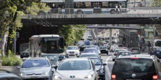 Die Anzahl Fahrzeuge, die eine Stadt erträgt, bevor der Verkehrsfluss ins Stocken gerät, lässt sich künftig anhand der Infrastruktur abschätzen. Im Bild: Rosengartenstrasse, Zürich. (Bild: Keystone/Ennio Leanza)