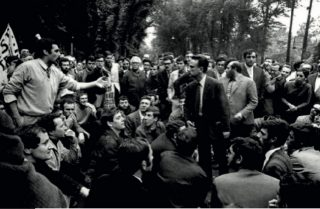 Giancarlo de Carlo debates with Gianemilio Simonetti as protesting students take over the Milan Triennale in May 1968. Photograph by Cesare Colombo. Courtesy La Triennale di Milano