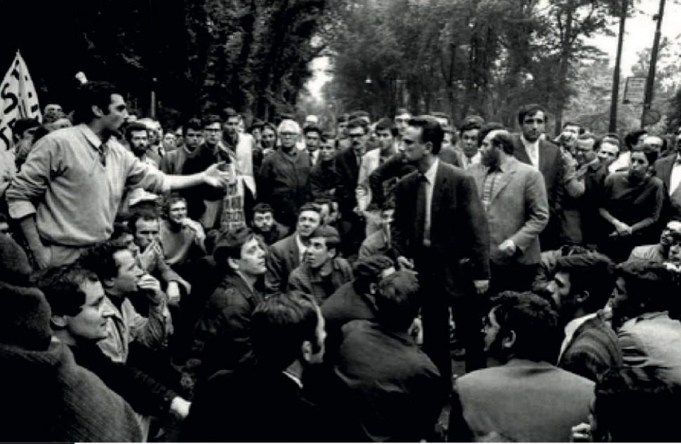Giancarlo de Carlo debates with Gianemilio Simonetti as protesting students take over the Milan Triennale in May 1968. Photograph by Cesare Colombo. Courtesy La Triennale di Milano