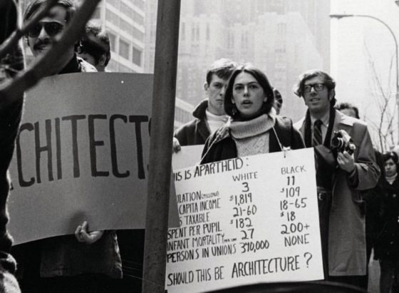The 1969 «Architecture and Racism» protest organized by TAR in New York City. Pho-tograph by Julie K. Stone